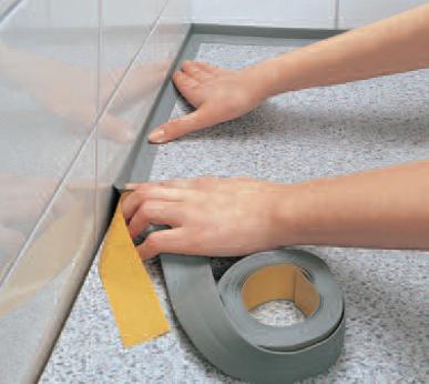 Приклеиваем пластиковый плинтус на стык ванной и плитки